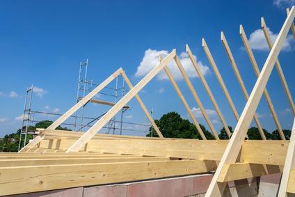 Einige Holzbalken sind für ein neues Dach schon verschraubt
